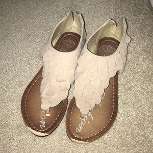 Scalloped dusty cream/gray sandals